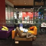 Современное искусство приветствуется в современной библиотеке