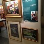 Тут постоянно проходят выставки местных художников